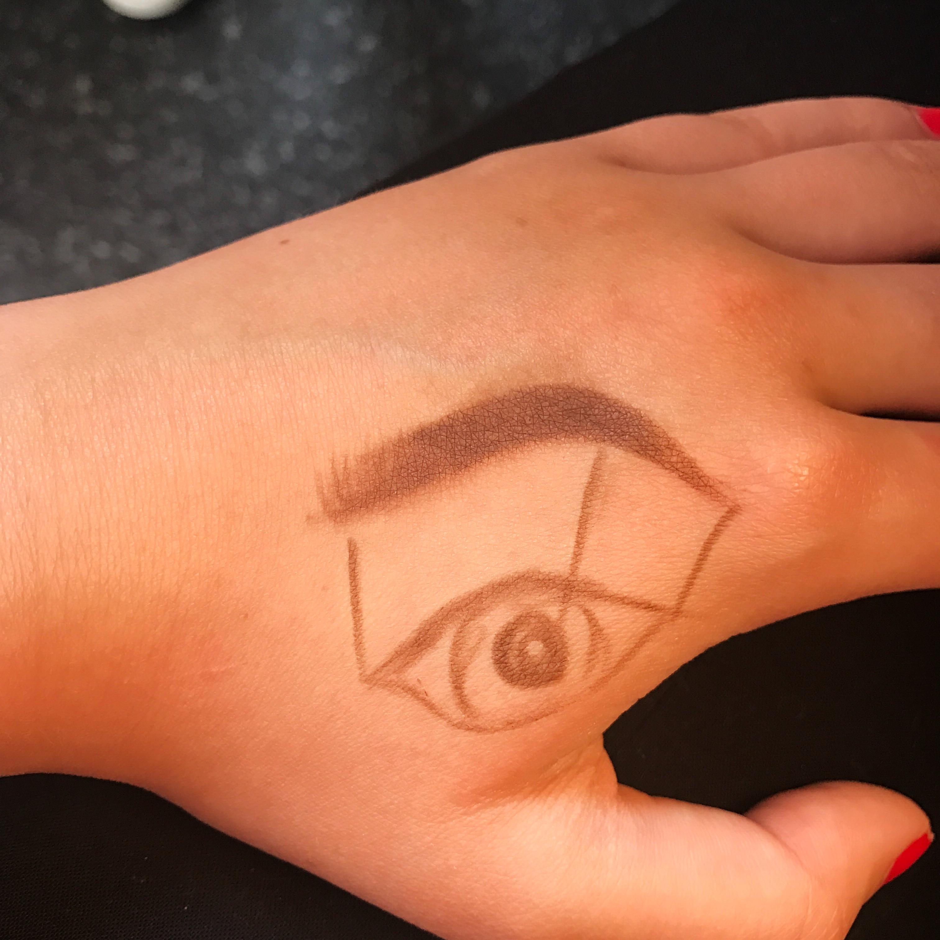 Ögonbrynsmall med öga